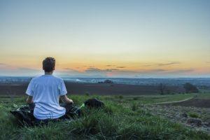 méditation la matin devant la ville