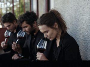ce qui nous lie feel good movie - scène de partage autour du vin