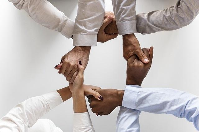 professionnels de la santé, du sport, du bien être mains croisées