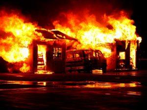 symptomes du burn out imagés par une maison brulée